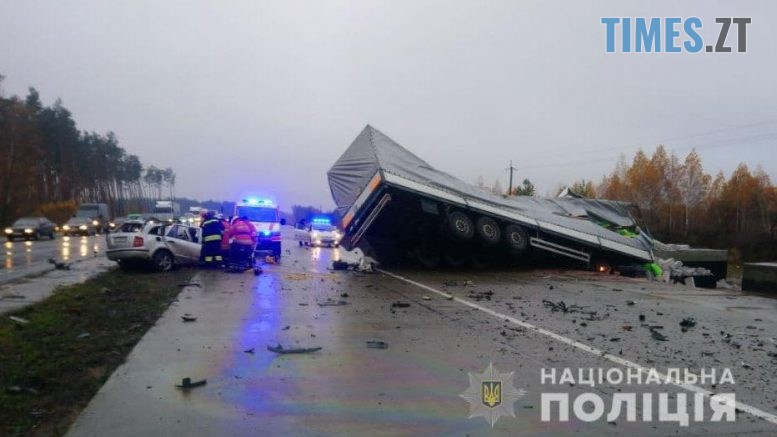 09 48 27 777x437 - Смертельна аварія під Житомиром: на трасі сталося потужне лобове зіткнення іномарки та вантажівки (ФОТО)
