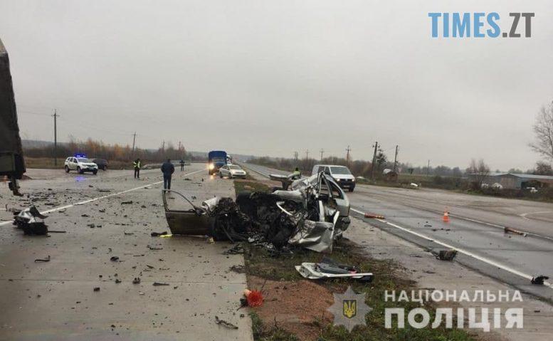 09 49 03 e1605606150942 - Смертельна аварія під Житомиром: на трасі сталося потужне лобове зіткнення іномарки та вантажівки (ФОТО)