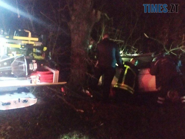 IMG 2875 e1606646339659 - На Звягельщині ВАЗ зіштовхнувся з деревом, водій вилетів через лобове скло (ФОТО)