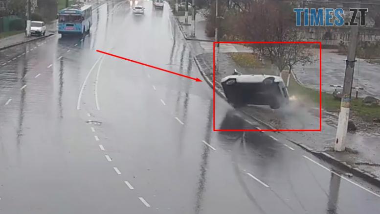 """Screenshot 4 777x437 - Камерам вдалося зафіксувати, як легковик зробив """"сальто"""" на Чуднівському мосту в Житомирі"""