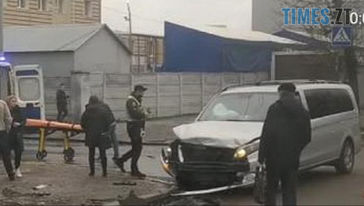 Screenshot 5 - У Житомирі на перехресті зіштовхнулись дві іномарки, ода з них відлетіла на тротуар та збила перехожу (ФОТО)
