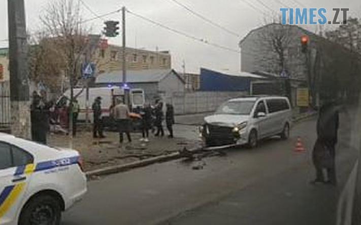 Screenshot 7 - У Житомирі на перехресті зіштовхнулись дві іномарки, ода з них відлетіла на тротуар та збила перехожу (ФОТО)