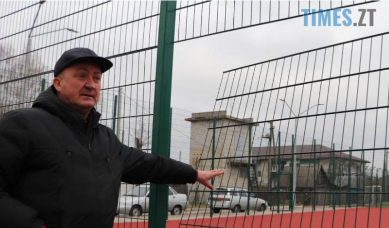 Screenshot 4 2 e1607245860484 - Правоохоронці Олевської ОТГ розшукують невідомих, які понівечили вікна та паркан на відремонтованому спортмайданчику (ФОТО)