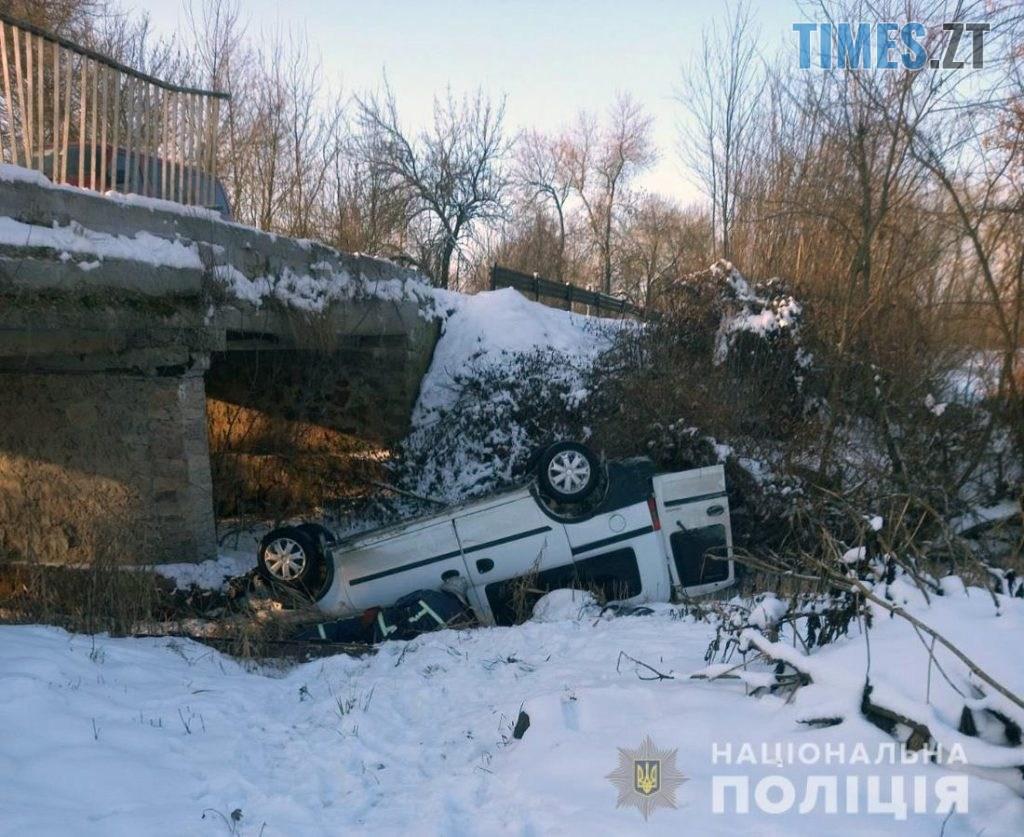 09 44 50 1024x837 - На Житомирщині через ДТП Opel Combo перекинувся з мосту