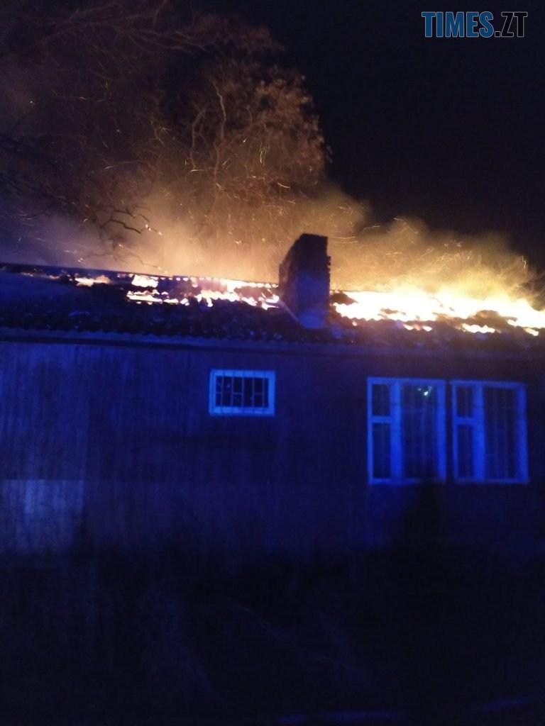 1 1 768x1024 - У Житомирі в Корбутівському провулку вночі рятувальники гасили пожежу у будинку