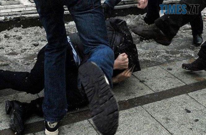 1098794 chetvero na odnogo u hmelnitskomu zhorstoko pobili cholovika ta vikinuli na vulitsyu 665x437 - У райцентрі Житомирщини вуличні розбірки між компаніями завершилися ножовим пораненням і побиттям