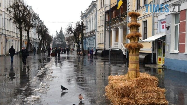 img1609928587 1 777x437 - У Житомирі на Михайлівській встановили величезного Різдвяного Дідуха