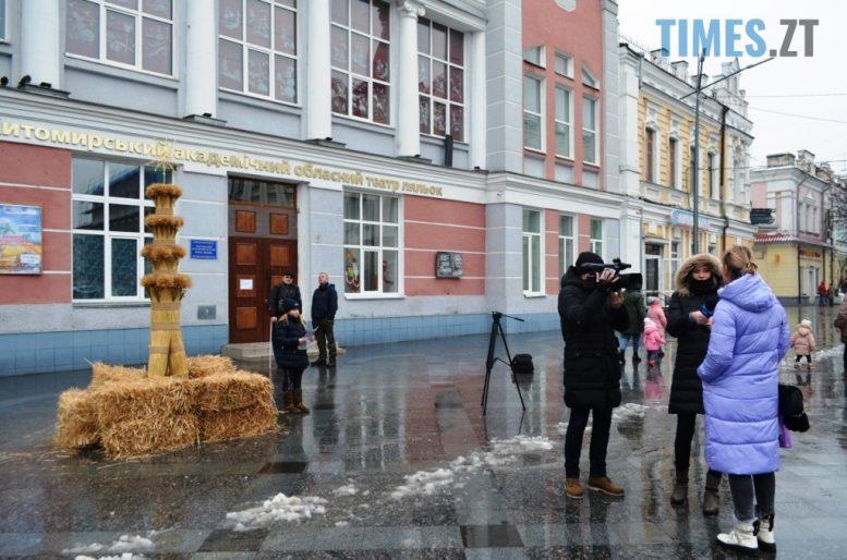 img1609928598 2 e1609935558153 - У Житомирі на Михайлівській встановили величезного Різдвяного Дідуха