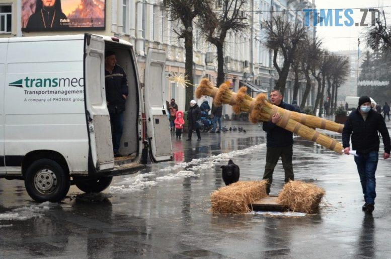 img1609928598 4 e1609935573965 - У Житомирі на Михайлівській встановили величезного Різдвяного Дідуха